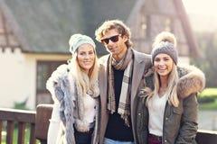 Groupe d'amis marchant ensemble en hiver Photos libres de droits