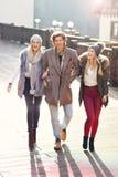 Groupe d'amis marchant ensemble en hiver Image libre de droits