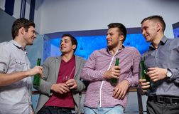 Groupe d'amis masculins avec de la bière dans la boîte de nuit Photographie stock