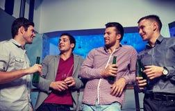 Groupe d'amis masculins avec de la bière dans la boîte de nuit Photo libre de droits