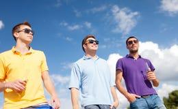 Groupe d'amis masculins avec des bouteilles de bière Images libres de droits