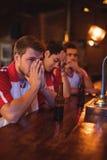 Groupe d'amis masculins observant le match de football Photo libre de droits
