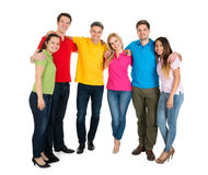Groupe d'amis multi-ethniques heureux Photo stock