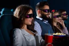 Groupe d'amis multiculturels au théâtre de film Images stock