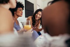 Groupe d'amis multiraciaux à une partie Images stock
