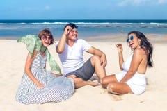 Groupe d'amis multiraciaux ayant l'amusement sur la plage de l'île tropicale de Bali, Indonésie Images libres de droits