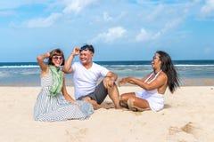 Groupe d'amis multiraciaux ayant l'amusement sur la plage de l'île tropicale de Bali, Indonésie Photo stock