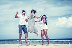 Groupe d'amis multiraciaux ayant l'amusement sur la plage de l'île tropicale de Bali, Indonésie Photographie stock