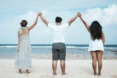 Groupe d'amis multiraciaux ayant l'amusement sur la plage de l'île tropicale de Bali, Indonésie Image stock
