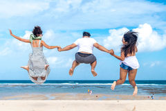 Groupe d'amis multiraciaux ayant l'amusement sur la plage de l'île tropicale de Bali, Indonésie Photos libres de droits