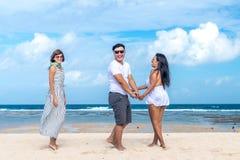 Groupe d'amis multiraciaux ayant l'amusement sur la plage de l'île tropicale de Bali, Indonésie Image libre de droits
