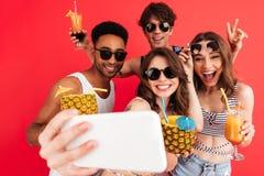 Groupe d'amis multiraciaux gais heureux Photographie stock libre de droits