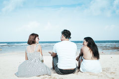 Groupe d'amis multiraciaux s'asseyant sur la plage de l'île tropicale de Bali, Indonésie Image libre de droits