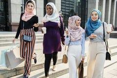 Groupe d'amis musulmans traînant Photos libres de droits