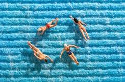 Groupe d'amis nageant ensemble en mer Photographie stock
