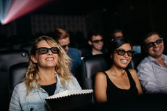 Groupe d'amis observant le film 3d dans le cinéma Photos libres de droits