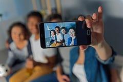 Groupe d'amis observant le sport ensemble Photographie stock libre de droits