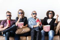 Groupe d'amis observant un film Images libres de droits