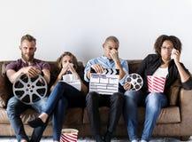 Groupe d'amis observant un film de drame Image libre de droits