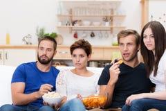 Groupe d'amis observant un film passionnant Photos libres de droits
