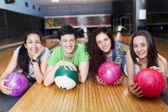 Groupe d'amis obtenant prêt à jouer au bowling Photo stock