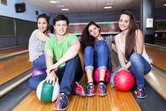 Groupe d'amis obtenant prêt à jouer au bowling Images stock