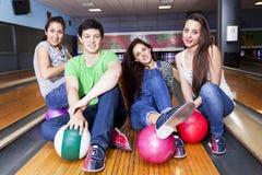 Groupe d'amis obtenant prêt à jouer au bowling Image libre de droits