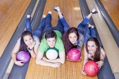 Groupe d'amis obtenant prêt à jouer au bowling Photographie stock