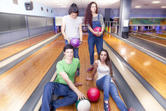 Groupe d'amis obtenant prêt à jouer au bowling Photographie stock libre de droits