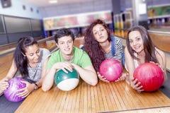 Groupe d'amis obtenant prêt à jouer au bowling Photos libres de droits