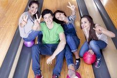 Groupe d'amis obtenant prêt à jouer au bowling Image stock