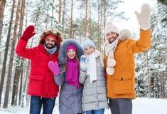 Groupe d'amis ondulant des mains dans la forêt d'hiver Photographie stock