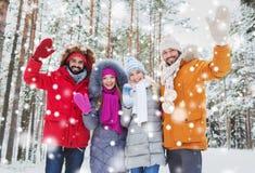 Groupe d'amis ondulant des mains dans la forêt d'hiver Photos libres de droits