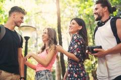 Groupe d'amis ou de couples ayant l'amusement avec l'appareil-photo de photo Image stock