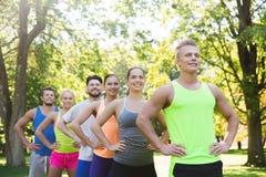 Groupe d'amis ou de sportifs heureux dehors Photo libre de droits