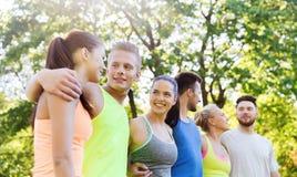 Groupe d'amis ou de sportifs heureux dehors Photos libres de droits