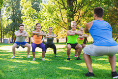Groupe d'amis ou de sportifs s'exerçant dehors Photos stock