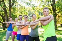 Groupe d'amis ou de sportifs s'exerçant dehors Photos libres de droits