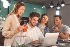 Groupe d'amis parlant en café Images stock