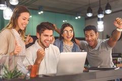 Groupe d'amis parlant en café Photos libres de droits