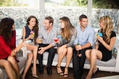 Groupe d'amis parlant et ayant des boissons Photo libre de droits