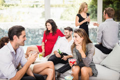 Groupe d'amis parlant et ayant des boissons Photos libres de droits