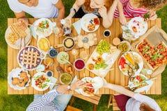Groupe d'amis partageant la nourriture Photos libres de droits