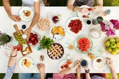 Groupe d'amis partageant le repas Image libre de droits