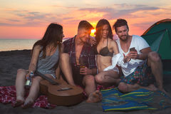 Groupe d'amis passant le temps ensemble à la plage Image libre de droits