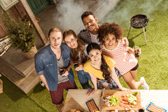Groupe d'amis passant le temps ensemble au barbecue Image stock