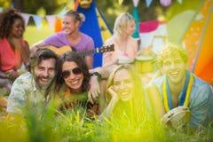 Groupe d'amis posant ensemble au terrain de camping Photographie stock