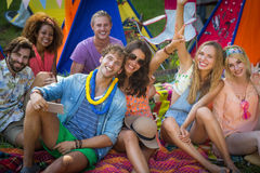 Groupe d'amis posant ensemble au terrain de camping Images stock