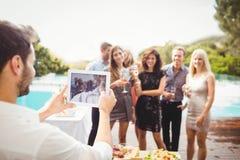 Groupe d'amis posant pour la photographie Image stock