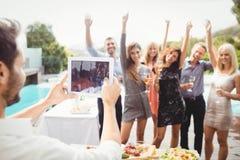 Groupe d'amis posant pour la photographie Photographie stock